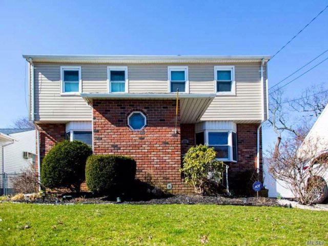 5 BR,  2.00 BTH  Colonial style home in Lindenhurst