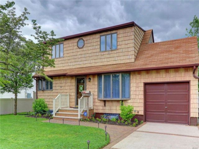3 BR,  2.50 BTH  Exp cape style home in Lindenhurst
